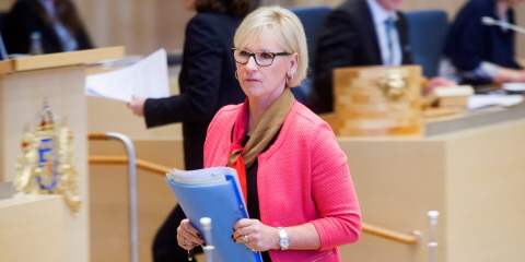 Margot Wallström holds a blue folder and is about to sit down after delivering her speech at the rostrum.