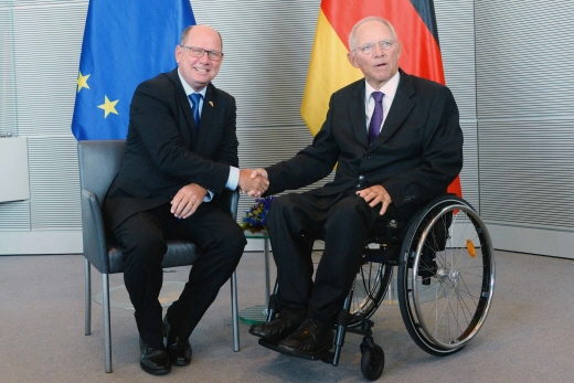 Speaker Urban Ahlin shaking hands with the President of the German Parliament (Bundestag) Wolfgang Schäuble.