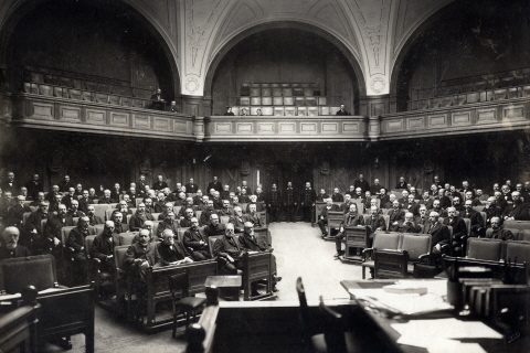 A black-and-white photo of members of the Riksdag in 1905. There were only men in the Riksdag then.