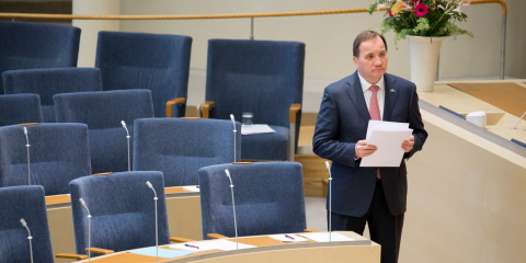 Stefan Löfven (Social Democratic Party) in the Chamber, with a document in his hands, on his way to the rostrum.