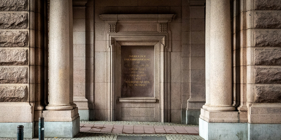 The wall at the visitors' entrance of the Riksdag with an inscription.
