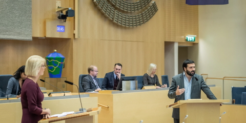 Elisabeth Svantesson (Moderate Party) and Ali Esbati (Left Party) at the rostrums in the Chamber.